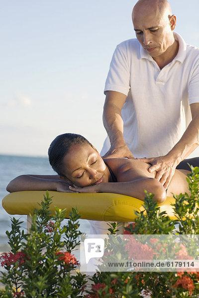 Frau empfangen Hispanier Massage