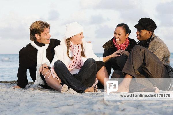 sitzend  Strand  multikulturell