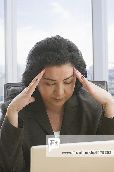 benutzen  Geschäftsfrau  Notebook  Kopfschmerz  Hispanier