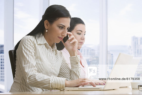 Handy  benutzen  Geschäftsfrau  Notebook