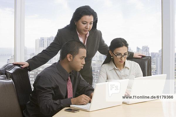 benutzen  Mensch  Notebook  Menschen  Geschäftsbesprechung  Besuch  Treffen  trifft  Business