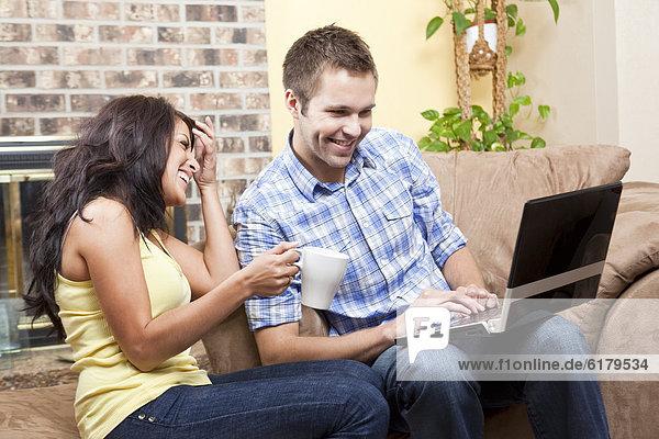 sitzend  benutzen  Notebook  Zimmer  Wohnzimmer