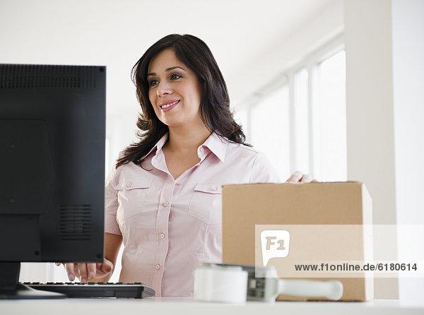 benutzen  Frau  Computer  lächeln  Hispanier  Pappe