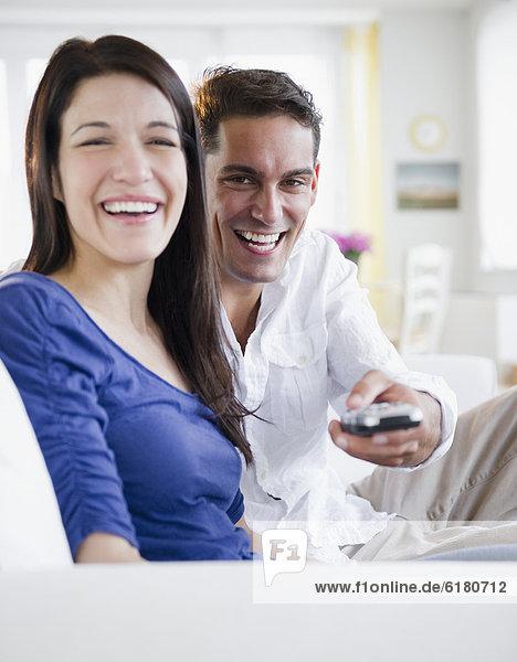 Mann  sehen  Überprüfung  Ehefrau  Fernsehen  mischen  Mixed