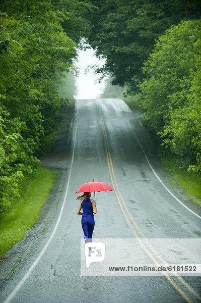 Europäer  Frau  Regenschirm  Schirm  rennen  Fernverkehrsstraße