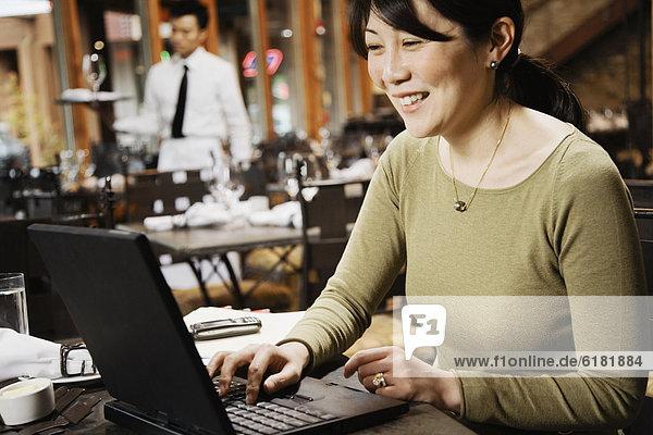 Geschäftsfrau  Notebook  tippen