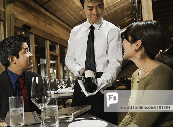 zeigen  Wein  Kellner