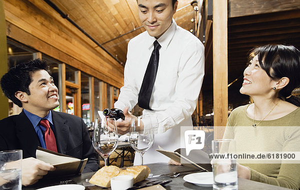 eingießen  einschenken  Wein  Kunde  Kellner