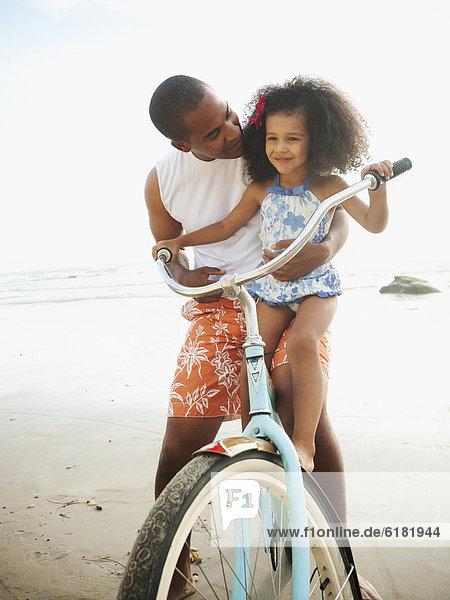 Menschlicher Vater  Hilfe  fahren  Retro  schwarz  lernen  Fahrrad  Rad  Tochter  mitfahren