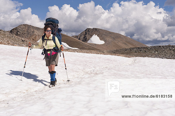 Frau  über  Hispanier  wandern  Schnee