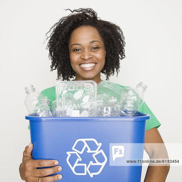 Frau  Recycling  halten