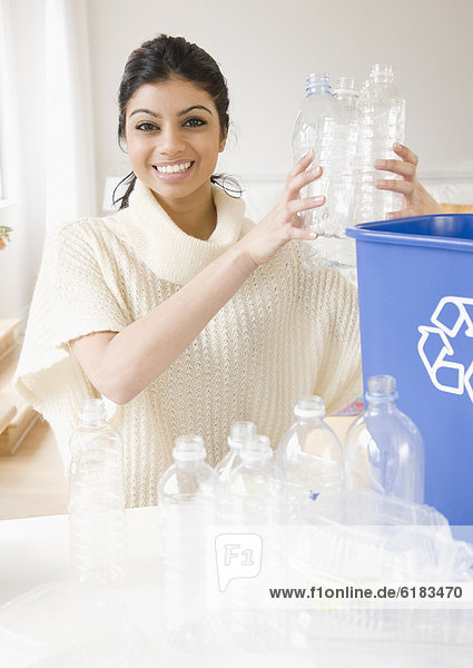 Frau Recycling füllen füllt füllend mischen Mixed