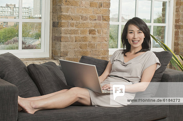 benutzen  Frau  Notebook  Couch  südkoreanisch