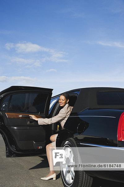 Geschäftsfrau  rauskommen  Limousine