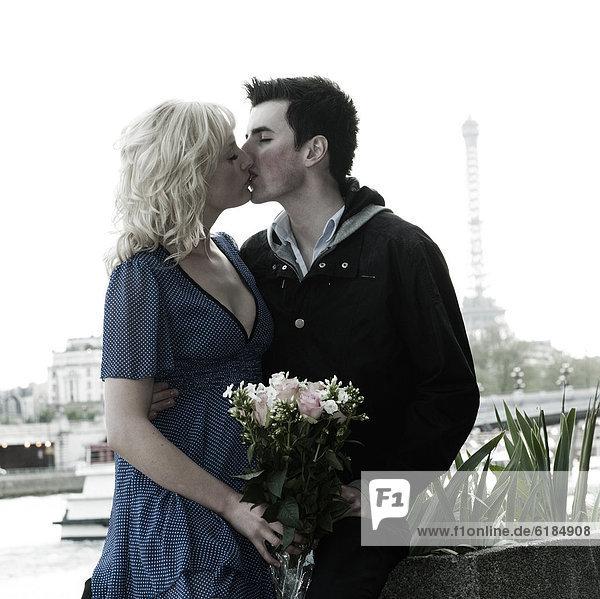 nahe  Blumenstrauß  Strauß  Europäer  Frau  Freund  küssen  halten  Eiffelturm