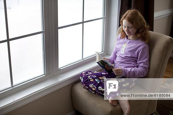 nahe  Europäer  Fenster  Buch  Mädchen  Taschenbuch  vorlesen
