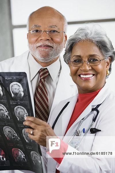 Arzt  Röntgenbild  2  Untersuchung