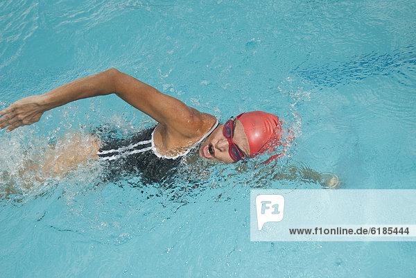 Frau  Hispanier  schwimmen