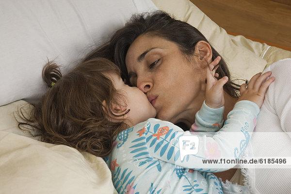 küssen  Hispanier  Bett  Tochter  Mutter - Mensch