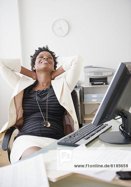 liegend  liegen  liegt  liegendes  liegender  liegende  daliegen  Geschäftsfrau  Schreibtisch  schwarz  zurücklehnen