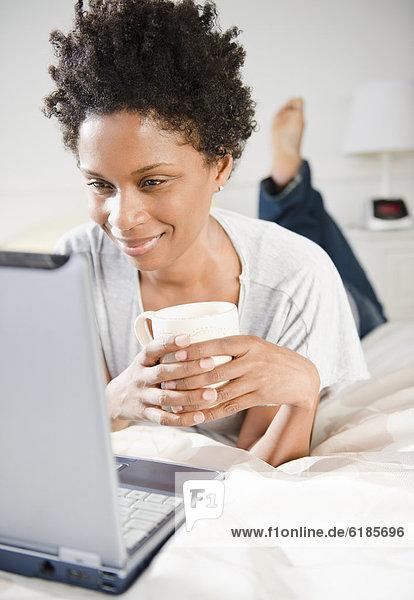 liegend  liegen  liegt  liegendes  liegender  liegende  daliegen  benutzen  Frau  Computer  Bett  schwarz