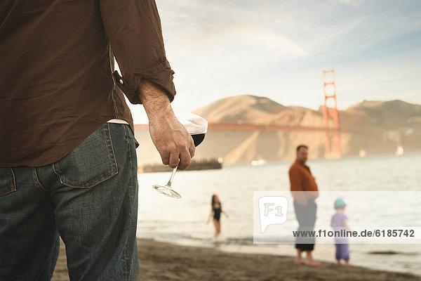 Europäer  Mann  Strand  Wein  trinken Europäer ,Mann ,Strand ,Wein ,trinken