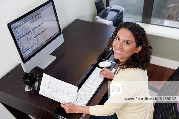 Frau  Computer  Hispanier  bezahlen  zahlen  Rechnung