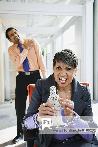 Geschäftsfrau  Kollege  Zorn  halten  Puppe  Voodoo