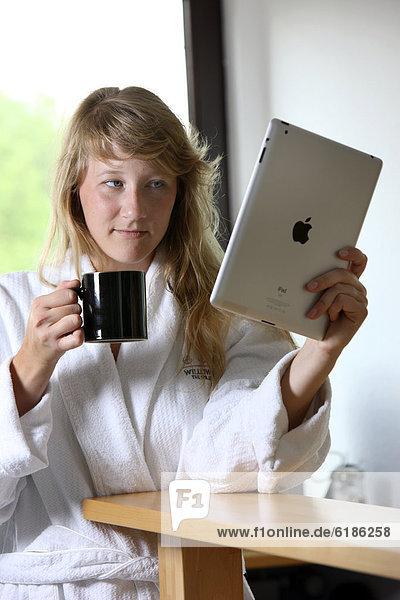 junge Frau junge Frauen Tasse Morgen Küche Bademantel Kaffee