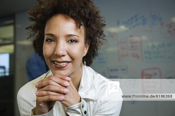 Geschäftsfrau  frontal  Weißwandtafel