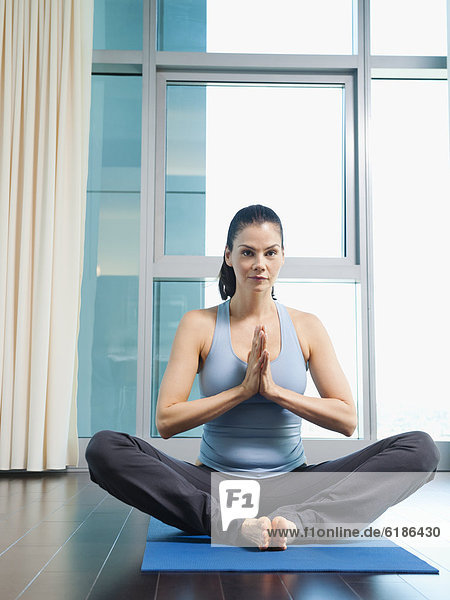 Frau  üben  mischen  Yoga  Mixed