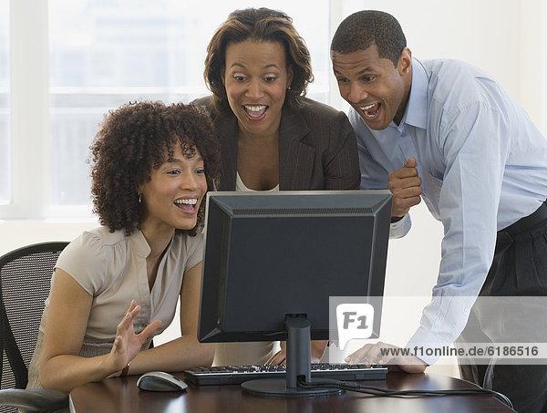 Computer  Mensch  sehen  Begeisterung  Menschen  arbeiten