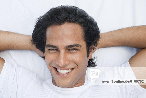 liegend  liegen  liegt  liegendes  liegender  liegende  daliegen  Mann  lächeln  Hispanier  Bett