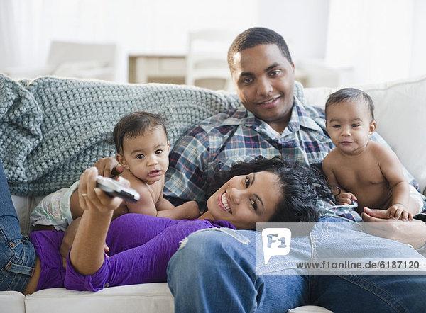 Zusammenhalt  sehen  Junge - Person  Menschliche Eltern  Zwilling - Person  Fernsehen  Baby