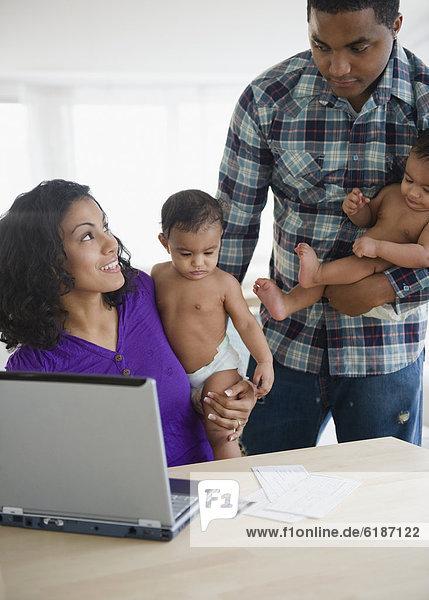 Internet  Menschliche Eltern  halten  bezahlen  zahlen  Rechnung
