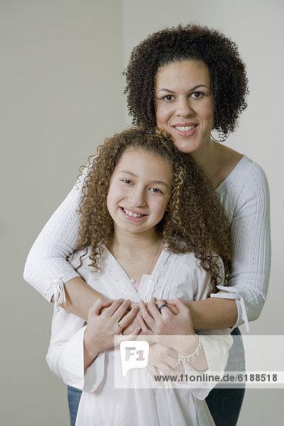 umarmen  mischen  Tochter  Mutter - Mensch  Mixed
