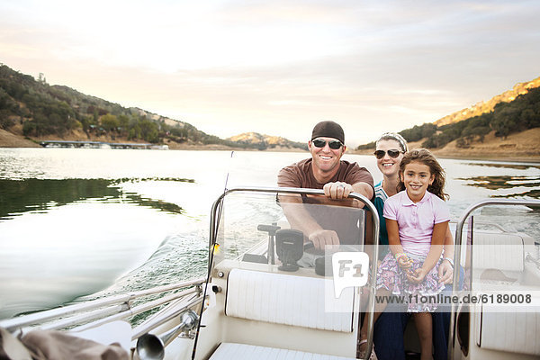 Fröhlichkeit  Menschliche Eltern  fahren  Boot  Mädchen