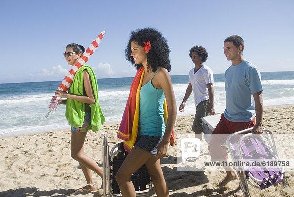 Fröhlichkeit  Freundschaft  Strand  multikulturell