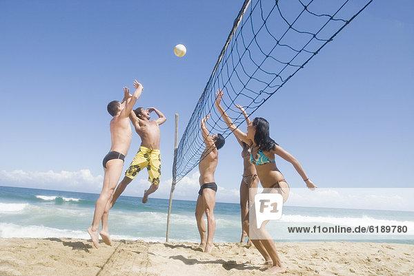 Freundschaft  Strand  Volleyball  multikulturell  spielen