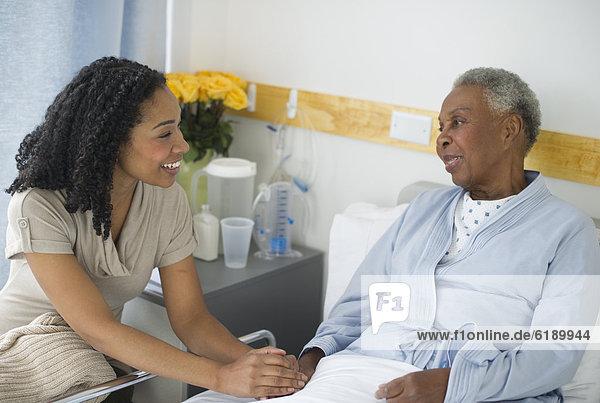 Krankenhaus  Besuch  Treffen  trifft  Tochter  Mutter - Mensch