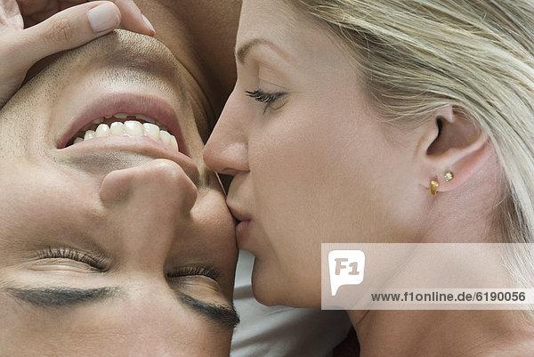 Frau  Freund  küssen  Hispanier  Bett