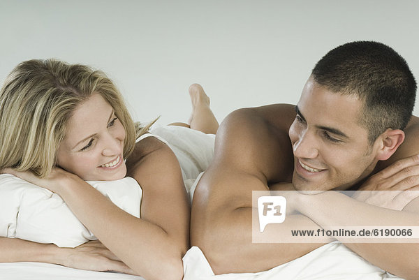 liegend  liegen  liegt  liegendes  liegender  liegende  daliegen  lächeln  Hispanier  Bett