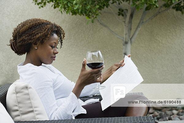 Frau Rotwein trinken Veranda vorlesen