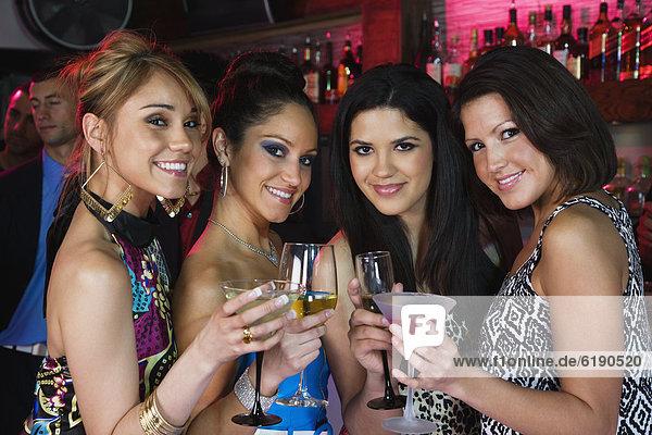 Frau  Cocktail  Nachtklub  trinken