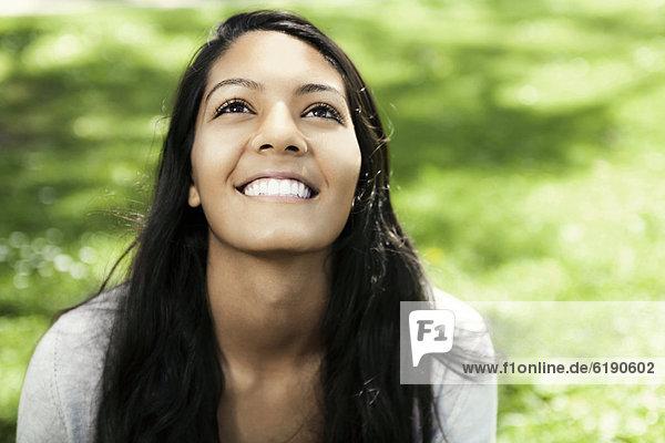 sitzend  Jugendlicher  lächeln  Hispanier  Gras