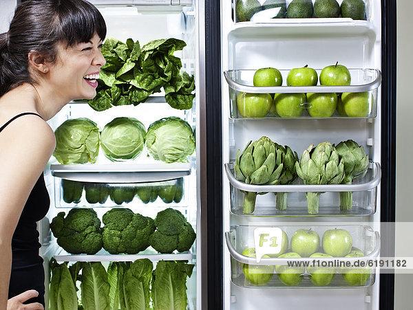 Frau sehen grün Gemüse mischen Kühlschrank Mixed