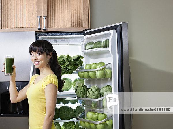 nahe Frau Getränk Gesundheit mischen trinken Kühlschrank Mixed