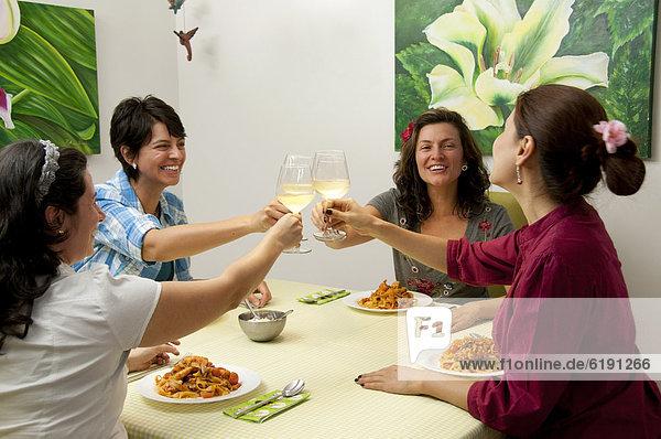 Abendessen  Freundschaft  Wein  Hispanier  weiß