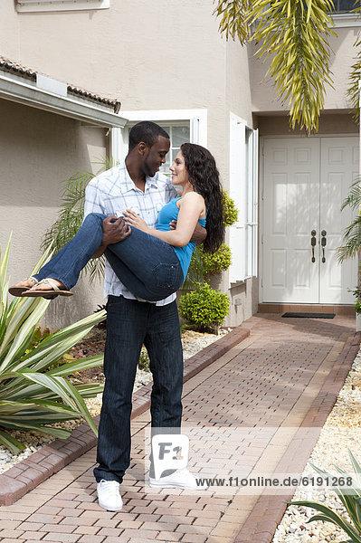 Mann Freundin tragen Tür Weg Fassade Hausfassade