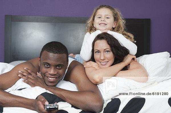 liegend  liegen  liegt  liegendes  liegender  liegende  daliegen  Zusammenhalt  sehen  Bett  Fernsehen
